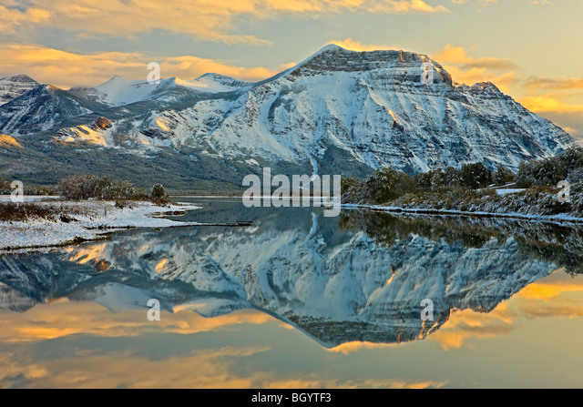 Reflexionen von Vimy Mt auf Lower Waterton Lake (Ritter See) bei Sonnenuntergang in Waterton Lakes National Park Stockbild