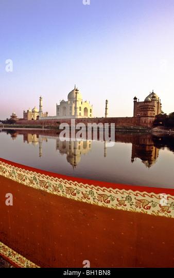 Nahaufnahme der Ostindischen Tuch mit verzierten Rahmen mit dem Taj Mahal in der Ferne Stockbild