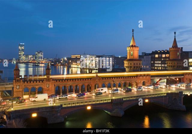 Autos und S-Bahn auf der Oberbaumbrücke in den Abend, Berlin, Deutschland, Europa Stockbild