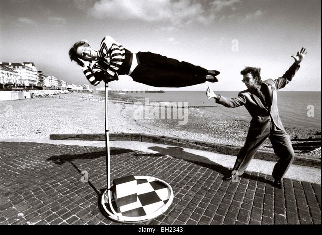 Magier, die eine Frau schweben Stockbild