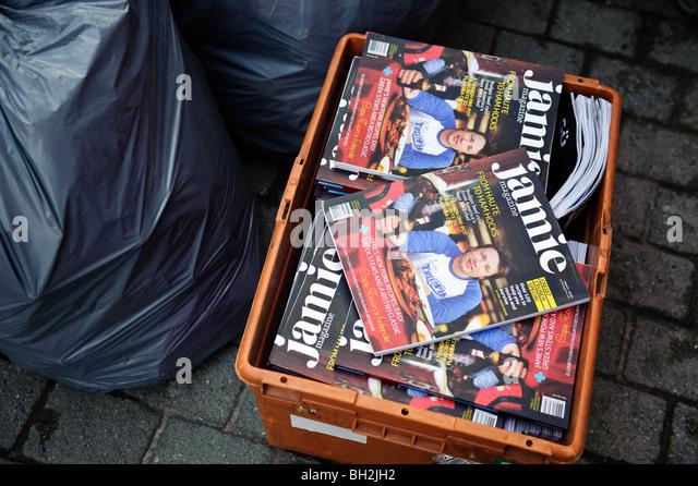 Unverkaufte Exemplare von JAMIE TV Starkoch Jamie Oliver Kochen Magazin, in einer Kiste auf Rückkehr für Stockbild