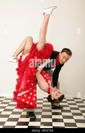 Paar in der 1950er Jahren Kleidung tanzen Stockbild