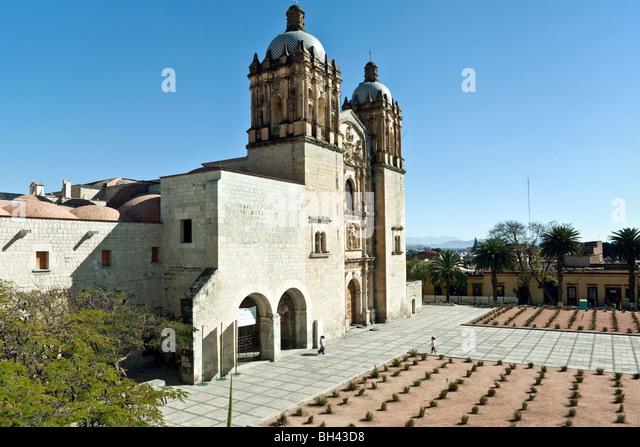 Westfassade der Kirche Santo Domingo mit Eingang zum ehemaligen Kloster, heute Museum der Kulturen von Oaxaca, am Stockbild