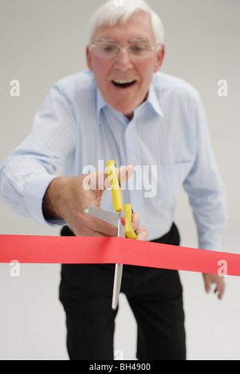 Leitenden Geschäftsmann zu schneiden durch einen Abbau von Bürokratie, lachen Stockbild