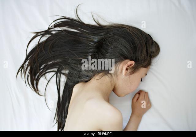 Sechs Jahre alten Mädchen liegt auf Bett Stockbild