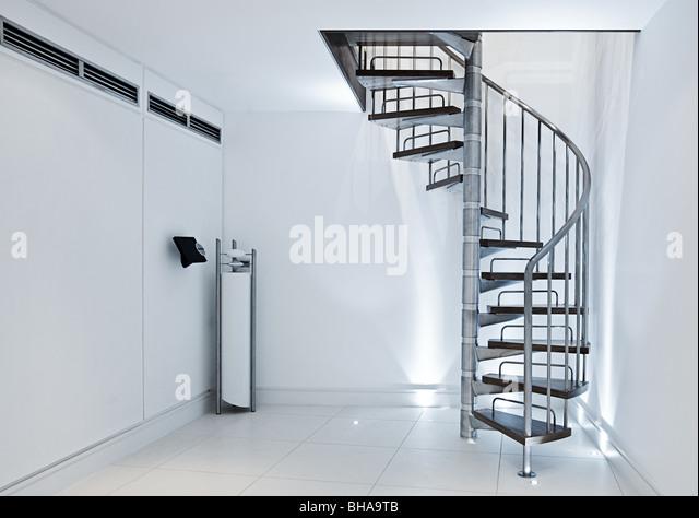 Minimalistisches Interieur - Wendeltreppe gegen weiße Wände Stockbild