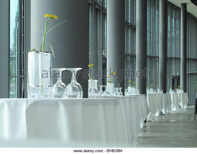 Gläser und Vasen auf Bankett-Tischen Stockbild