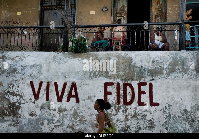 Eine kubanische Frau vor einer Propaganda schreiben, Feiern des kubanischen Staatschefs Fidel Castro in Santiago Stockbild