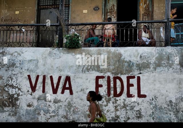 Eine kubanische Frau zu Fuß vor einer Propaganda schreiben, der kubanische Staatschef Fidel Castro in Santiago Stockbild