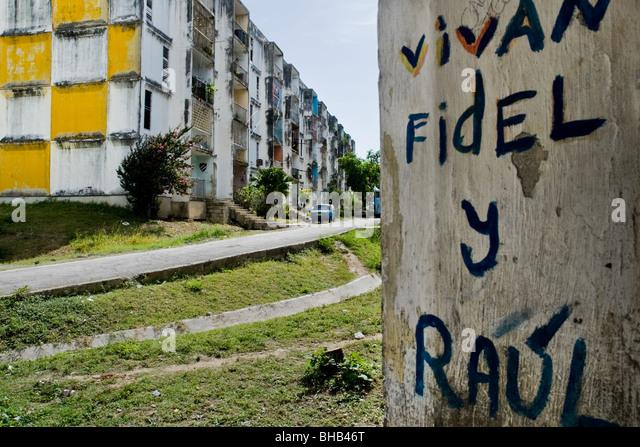 Ein schreiben, das Regime von Fidel Castro und Raul Castro, in einer öffentlichen Wohnanlage in Santiago De Stockbild