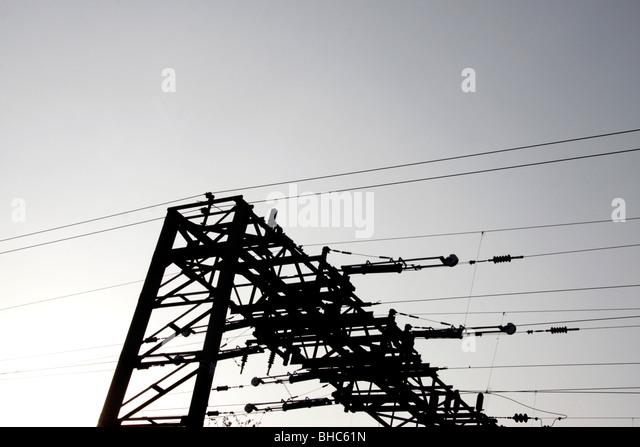 Stromkabel über eine Eisenbahnstrecke in London Stockbild