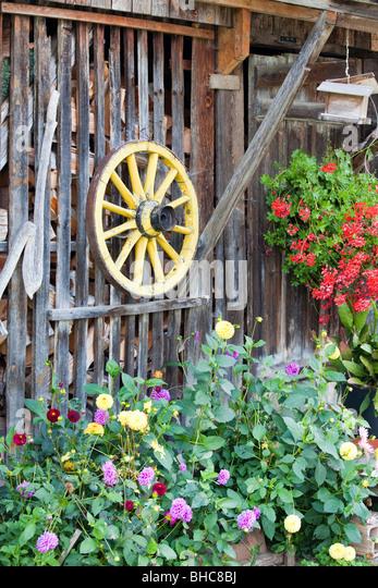 Holzschuppen und altmodische Wagenrad Stockbild