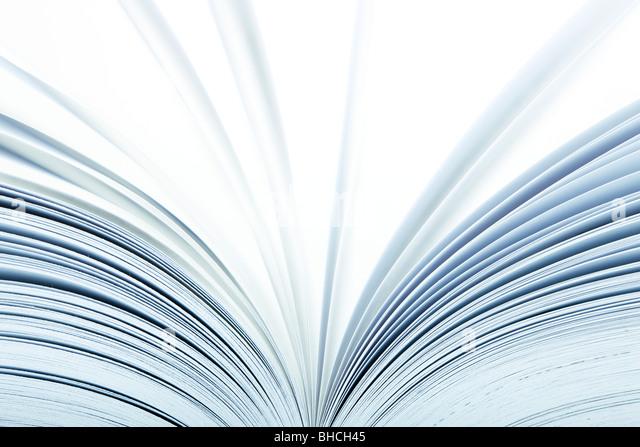 Makro eines aufgeschlagenen Buches mit Seiten drehen - selektiven Fokus Stockbild