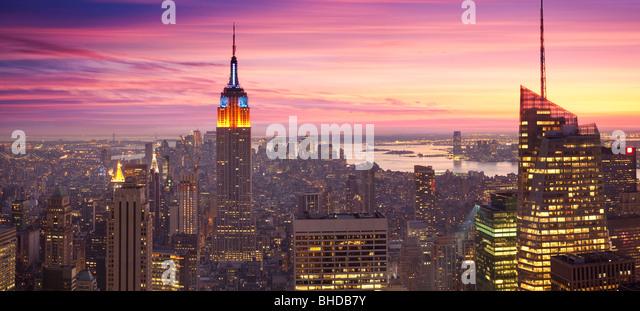 Erhöhten Blick auf das Empire State building bei Sonnenuntergang angesehen Stockbild