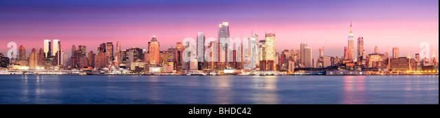 Skyline von New York sehen in der Dämmerung aus New Jersey Stockbild