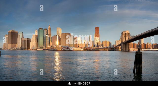 Skyline von Manhatten und Brooklyn Bridge gesehen von Long Island Stockbild