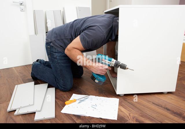 Mann Montage Flachgehäuse Möbel Stockbild