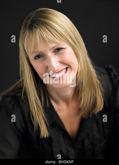 Studio-Porträt der jungen Frau vor schwarzem Hintergrund Stockbild