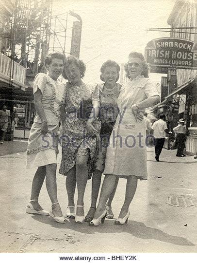 Mädchen auf die Stadt zeigt es Beine Stockbild