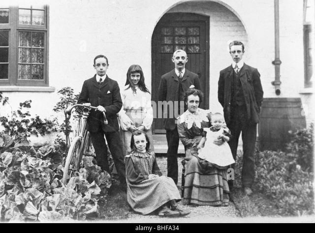 Eine Familiengruppe auf die neue Easwick Häuser, York, Yorkshire, 1905. Stockbild