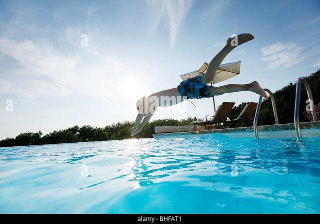 Junge eintauchen in den Pool, Schwimmbad, Las Dunas Playa, Formentera, Balearen, Spanien Stockbild