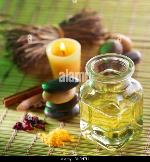 Stillleben mit Massage-Öl in der Spa-salon Stockbild