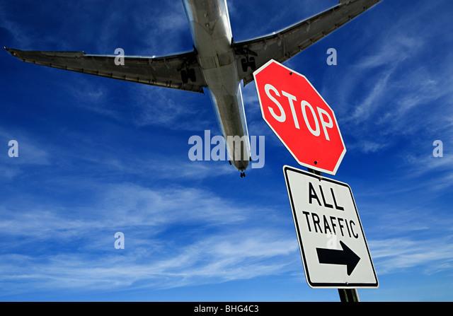 Flugzeug und Stop-Schild Stockbild