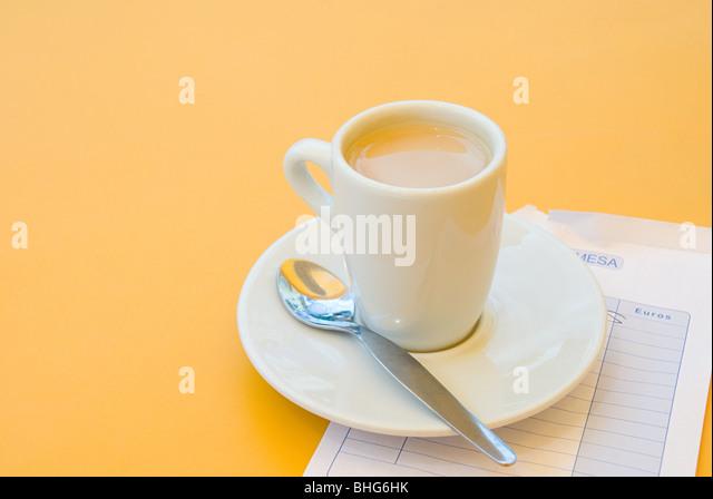 Kaffeetasse und bill Stockbild