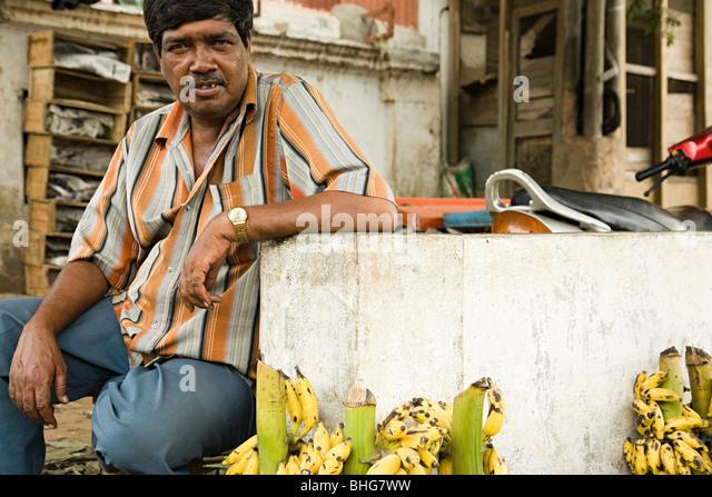 Mann, Verkauf von Bananen in Mysore, Indien Stockbild