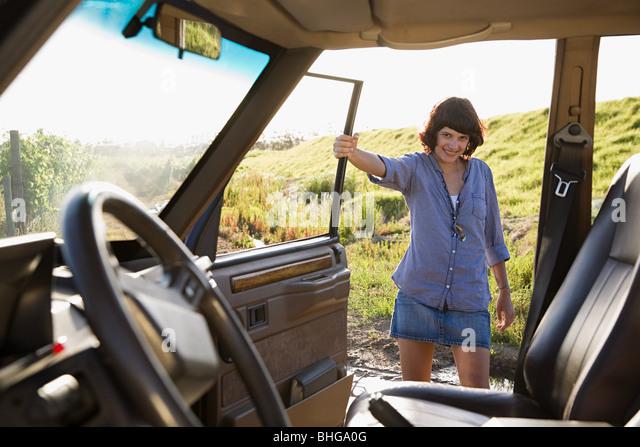Junge Frau mit einem Fahrzeug Stockbild