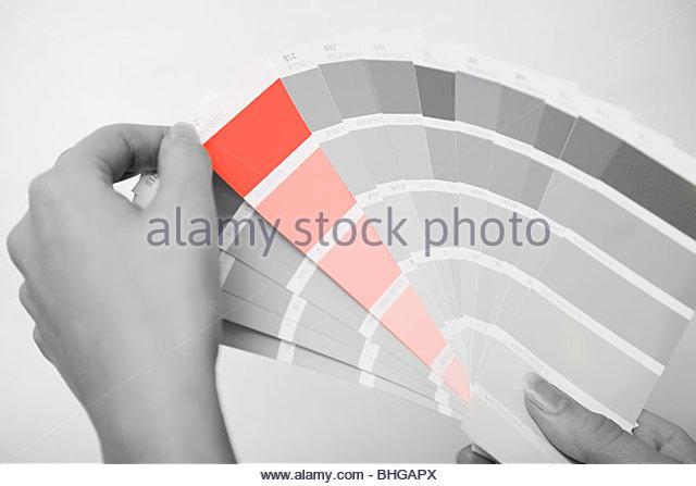 Person, die Farbmuster Stockbild