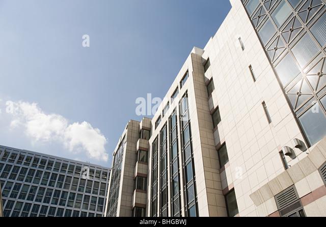 Niedrigen Winkel Ansicht von Bürogebäuden Stockbild