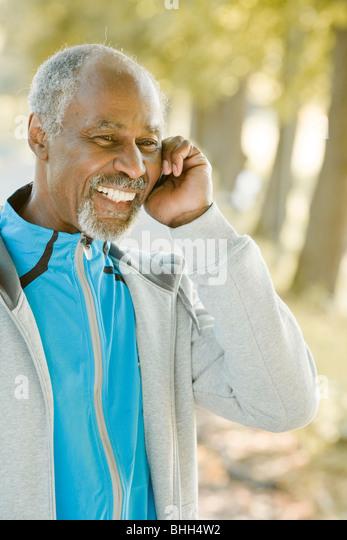 Älteren Mann mit dem Handy telefonieren, Schweden. Stockbild