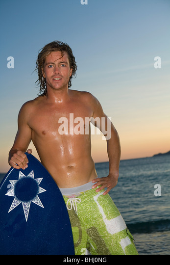 Porträt-Surfer am Strand Stockbild