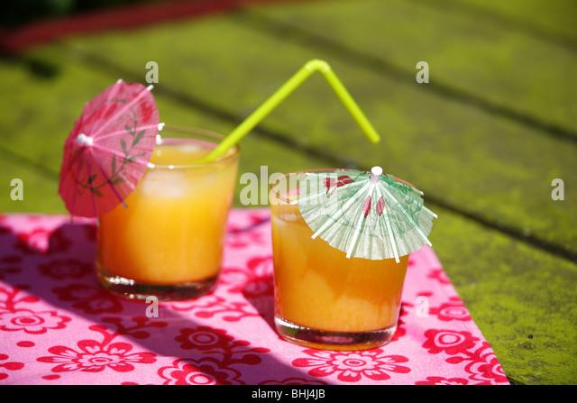 Gläser Orangensaft auf einem Tisch Stockbild