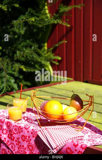 Gläser Orangensaft und Obst auf dem Tisch Stockbild