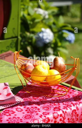 Ein Korb mit Obst auf einem Tisch Stockbild