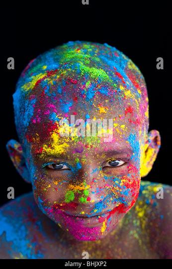 Glücklichen jungen bedeckt Farbpulver Pigment vor schwarzem Hintergrund - Stock-Bilder