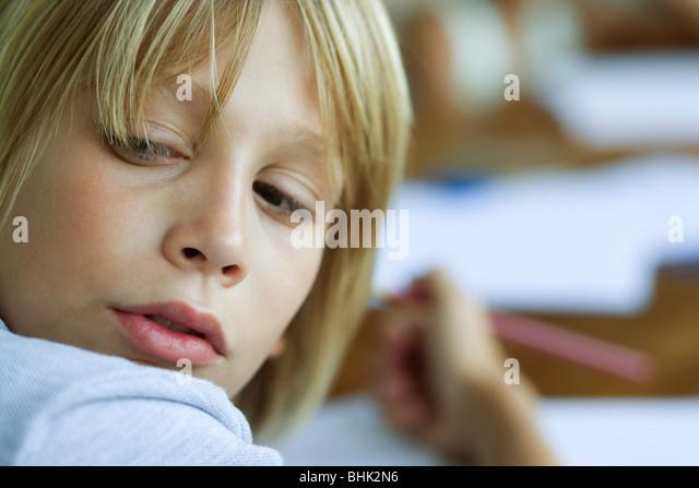 Junge auf der Suche über die Schulter, von der Arbeit abgelenkt Stockbild