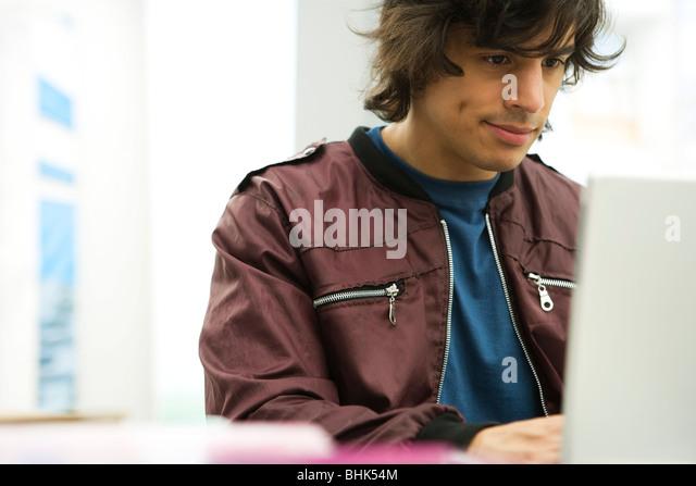 Junger Mann mit laptop Stockbild