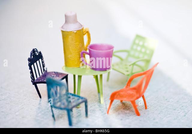 Spielzeug-Patio-Möbel und Thermoskanne Stockbild