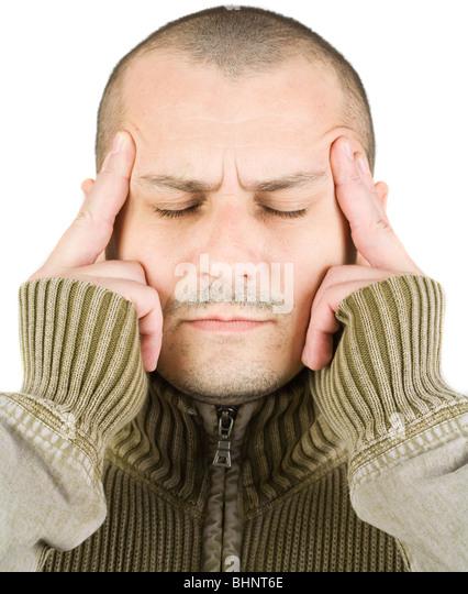 Porträt eines jungen Mannes mit einem Ausdruck der intensiven Konzentration oder Kopfschmerzen, isoliert auf Stockbild