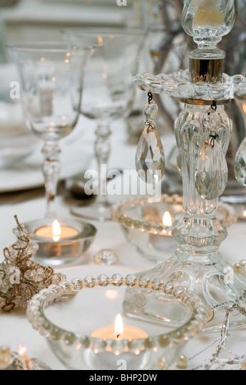 Jeweled Glas Kerzenhalter und Glaswaren auf Tischplatte Stockbild