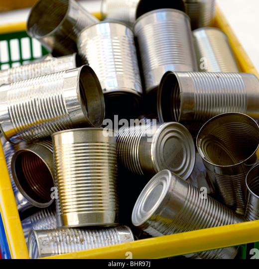 Blechdosen in einem recycling-box Stockbild