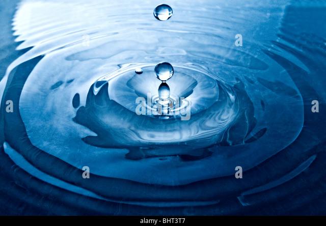 Ein Tropfen des Wassers auf der Oberfläche Stockbild