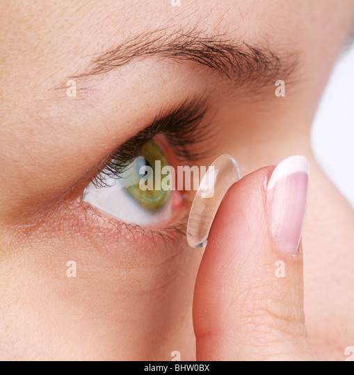 menschliche Auge mit Korrekturlinse auf weißem Stockbild
