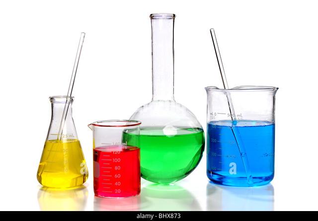Laborglas mit Flaschen und Becher auf weißem Hintergrund Stockbild