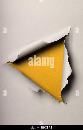 Zerrissene Altpapier Dreieck auf gelbem Hintergrund bilden Stockbild