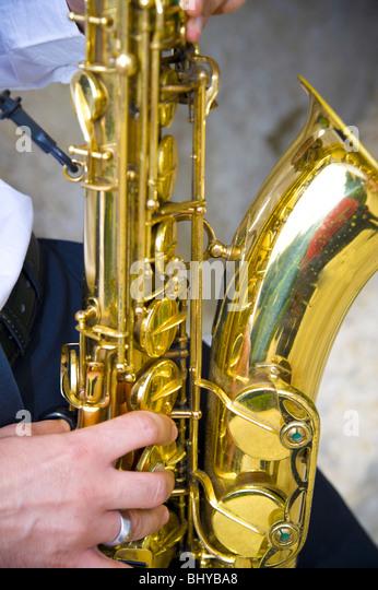 Saxophonspieler spielt Musik Stockbild