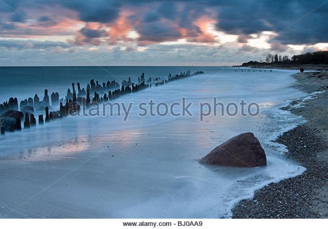 Langzeitbelichtung der Wellenbrecher an der Ostseeküste in der Nähe von Kühlungsborn Mecklenburg. Stockbild